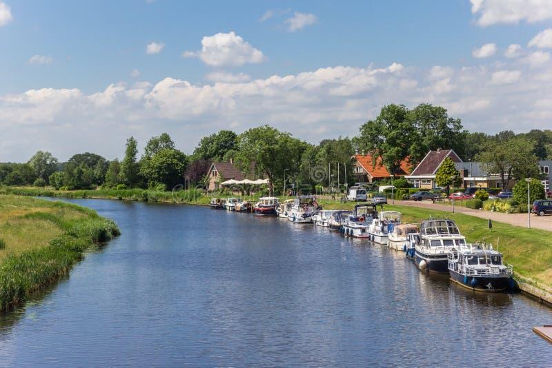 Motoras a lo largo del canal cerca de Echten imágenes de archivo libres de regalías