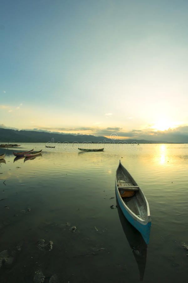 Motorbåt i mitt av blått vatten av Lake Tahoe, Kalifornien, Förenta staterna arkivbild