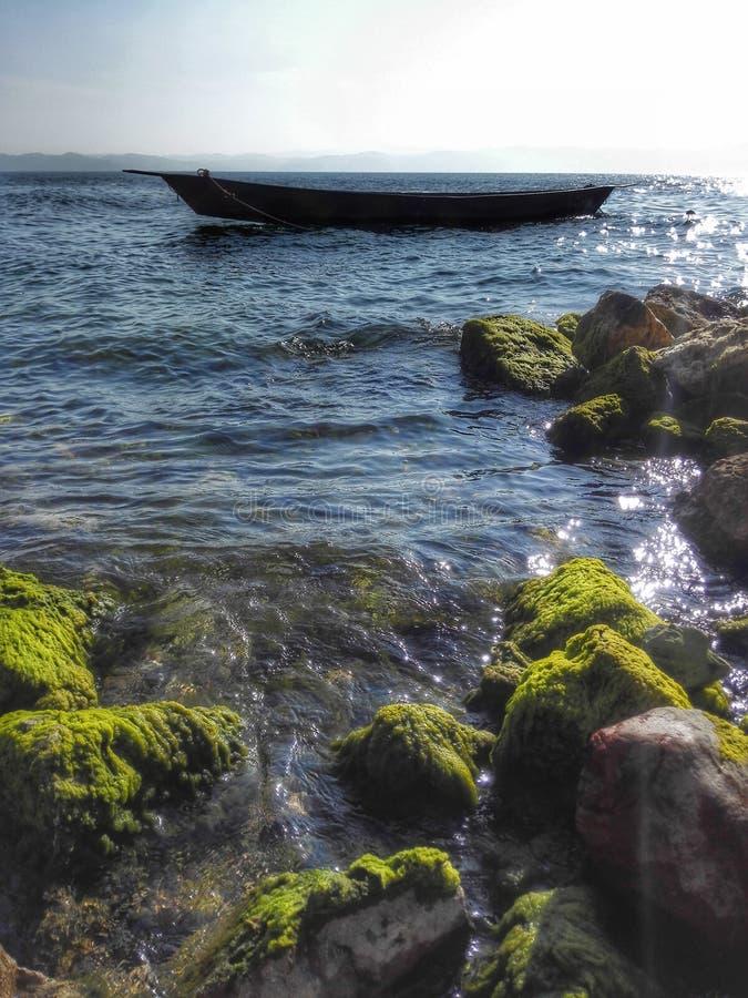 Motorbåt i mitt av blått vatten av Lake Tahoe, Kalifornien, Förenta staterna arkivfoto
