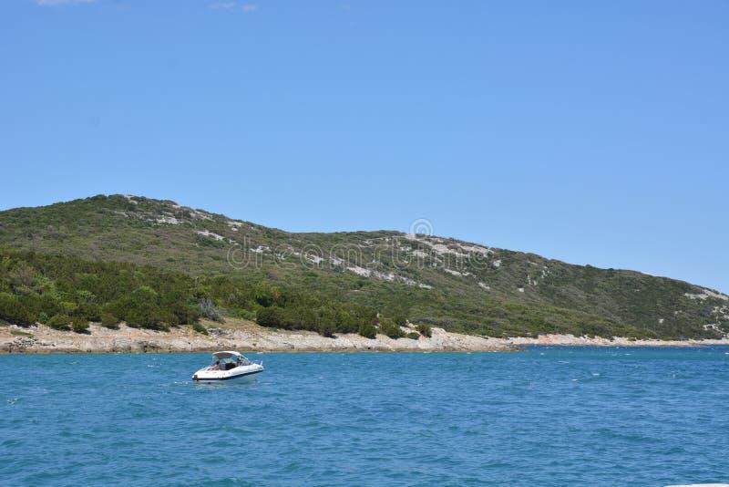 Motorbåt nära ön Cres royaltyfria bilder