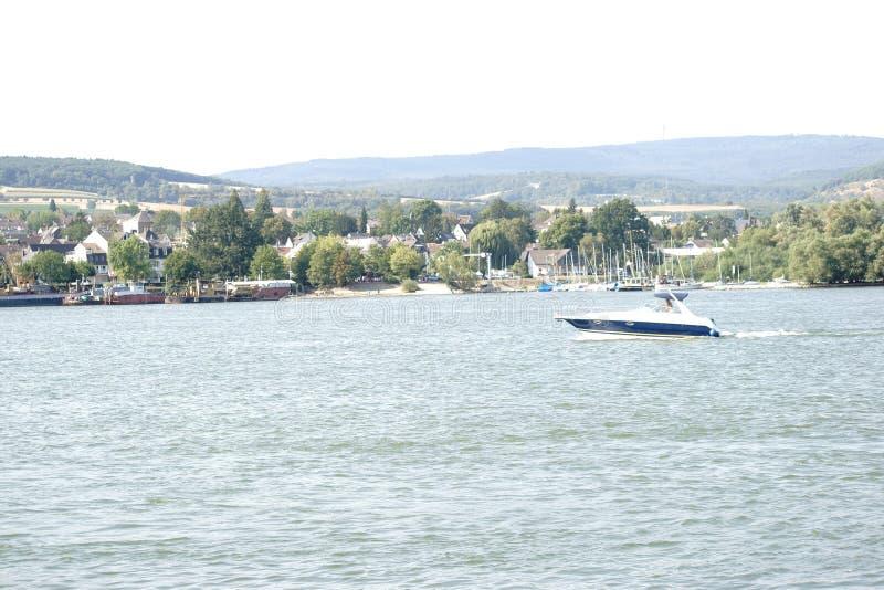 Motorbåt på Taunusen royaltyfri foto