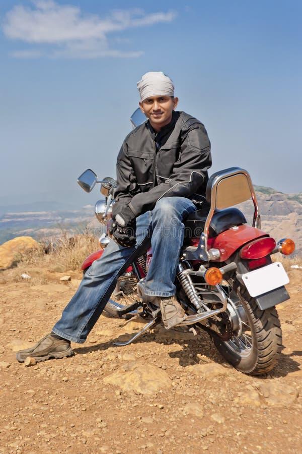 Motorbiker indiano relaxado em sua máquina imagem de stock royalty free