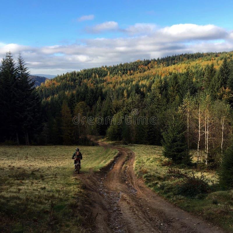 Motorbiker nas montanhas foto de stock royalty free