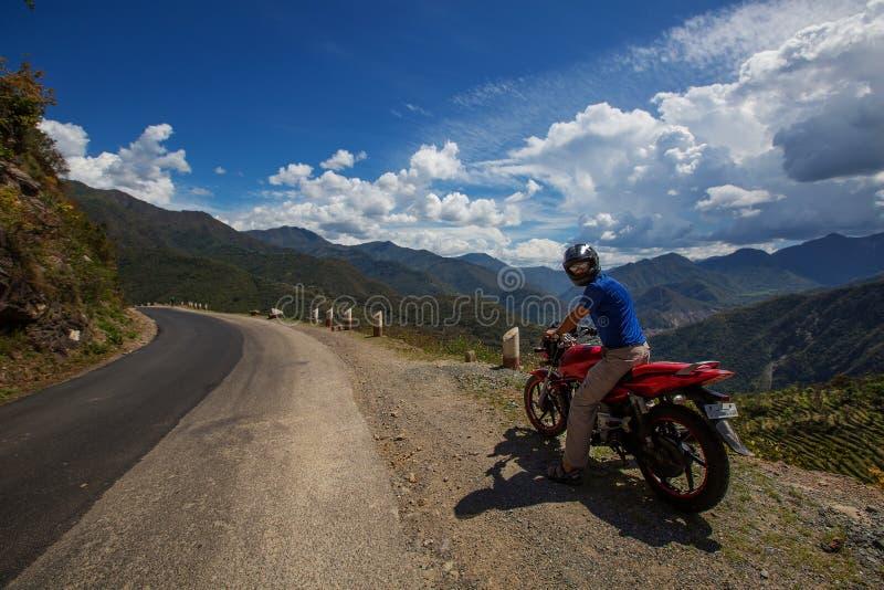 Motorbiker que viaja en montañas, la India fotos de archivo