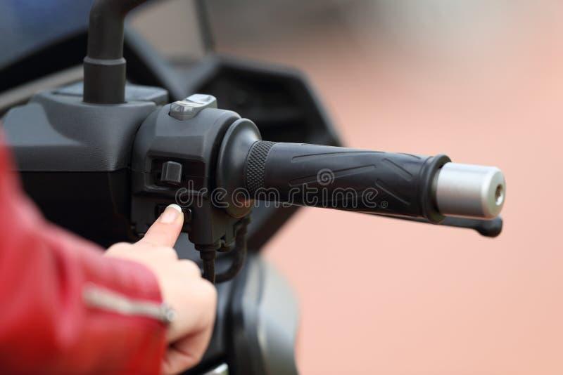 Motorbiker ręka zaczyna silnika motocykl zdjęcia royalty free