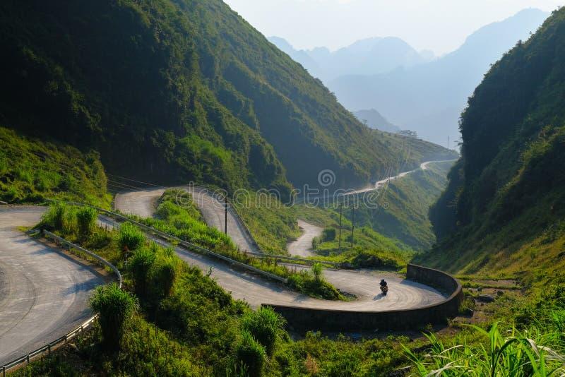 Motorbikers bij het winden van wegen door valleien en karst berglandschap in het Noord- Vietnamese gebied van Ha Giang/Dong Van stock afbeeldingen