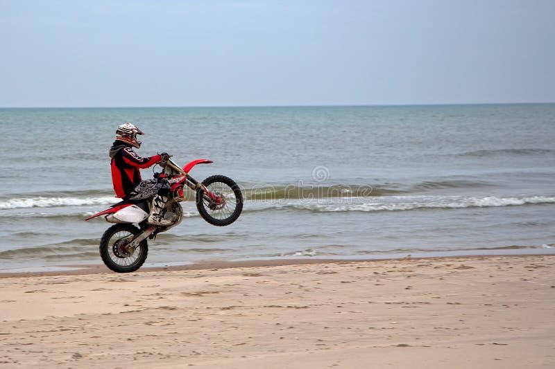Motorbiking sur une roue images libres de droits