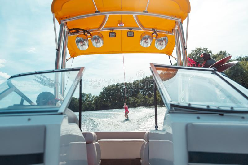 Motorboat οδηγός που εξετάζει μια ξανθή φίλαθλη γυναίκα στοκ φωτογραφίες