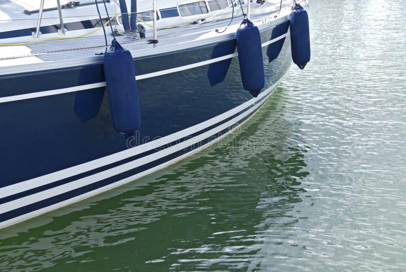 Motorboat azul na água calma fotografia de stock royalty free