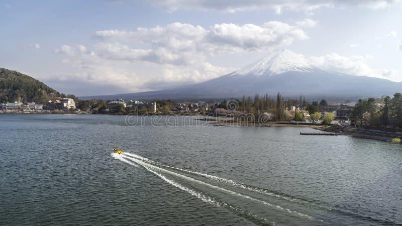 Motorboat krzyżuje Jeziornego Kawaguchi z górą Fuji w tle, Yamanashi prefektura, Japonia zdjęcia royalty free