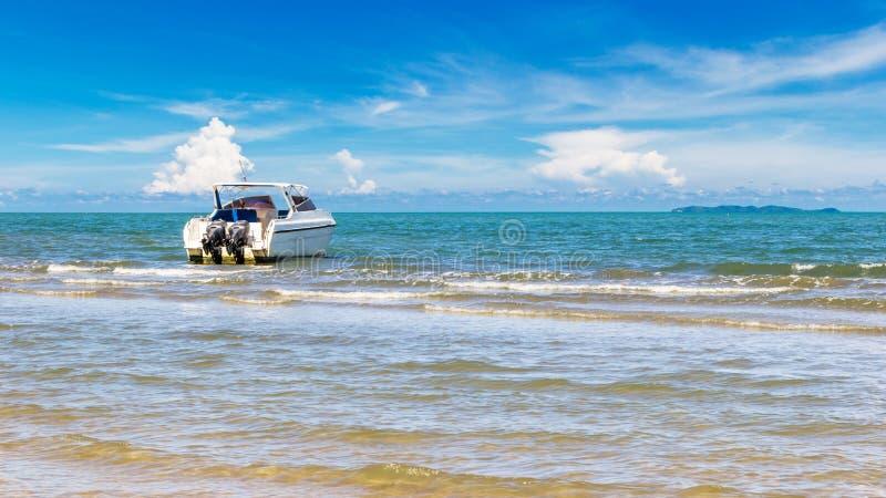 Motorboat park przy piękno plażą obraz royalty free