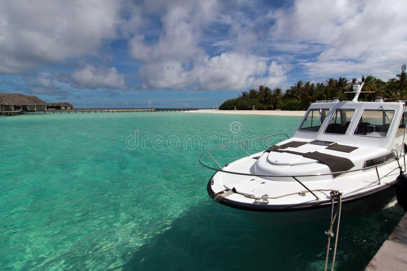 Motorboat at the white beach of Maldives stock photography