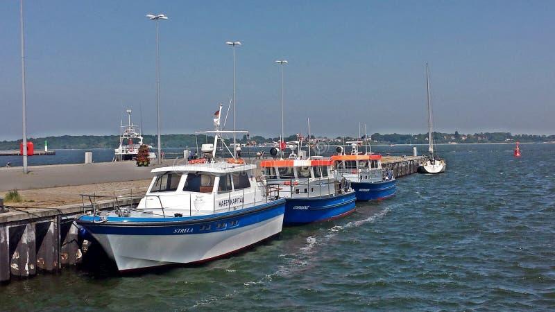 Motorboats βρίσκονται στο λιμάνι Stralsund στοκ εικόνες