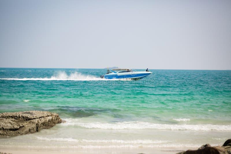 Motorboot in actie betreffende een tropisch eiland stock foto's