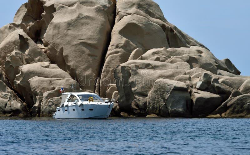 Motorboot am Anker lizenzfreie stockbilder