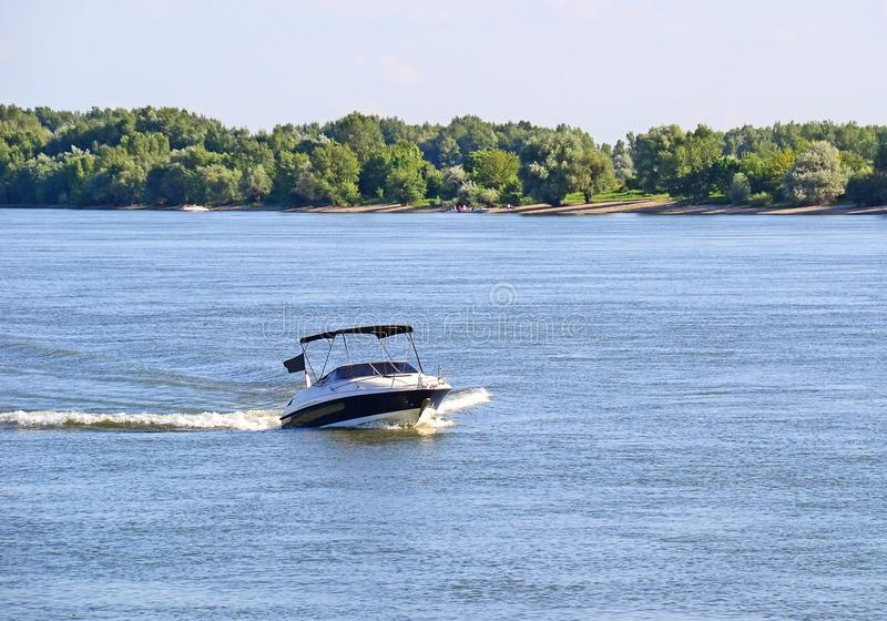 Motorboot auf dem Fluss lizenzfreie stockbilder