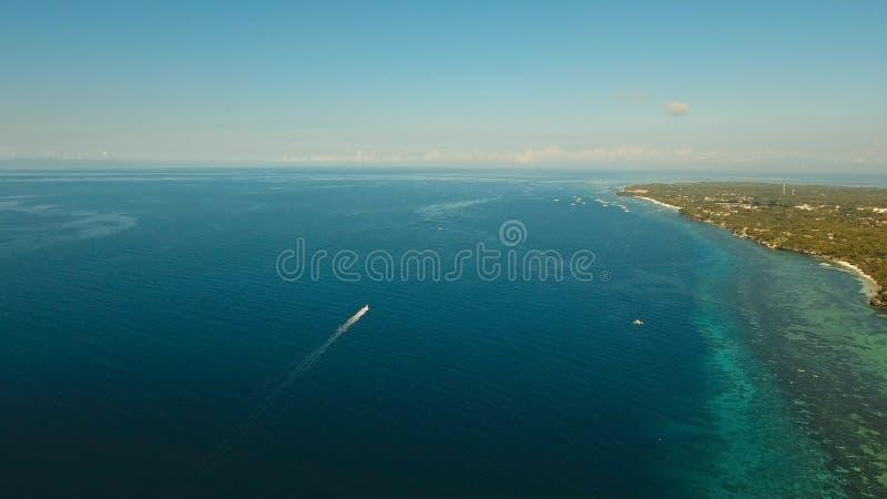 Motorboot auf dem Meer, Vogelperspektive stockbilder