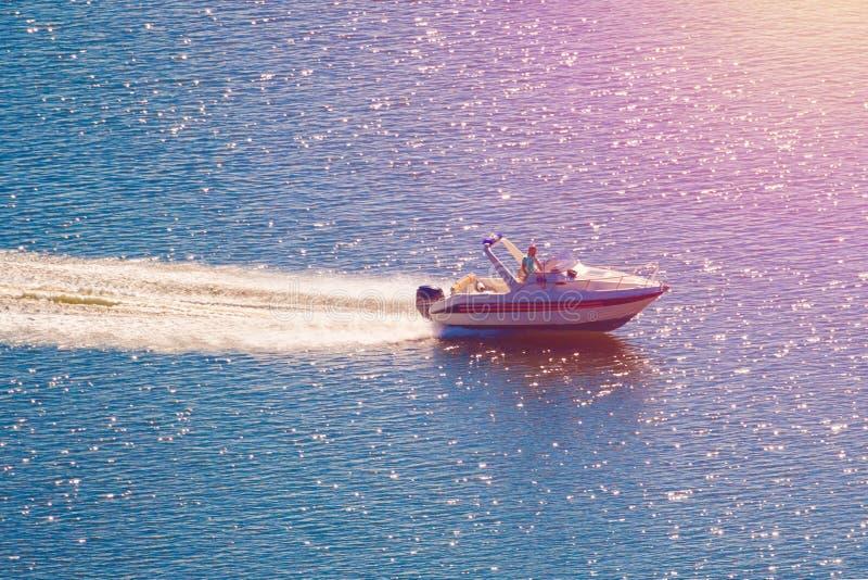 Motorboot auf dem Wasser getont stockfotos