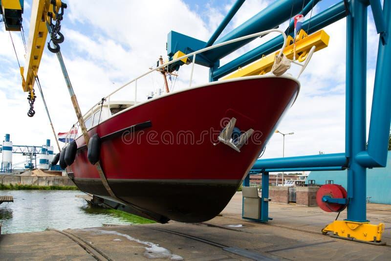 Motorboot auf einem Kran lizenzfreie stockbilder