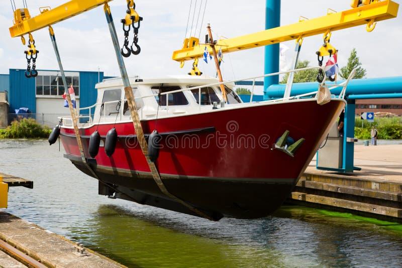 Motorboot auf einem Kran stockbild