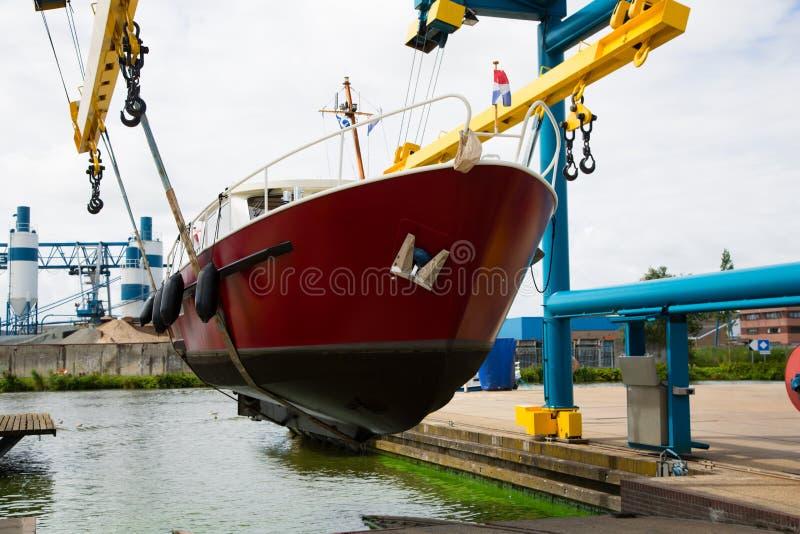 Motorboot auf einem Kran stockfotos