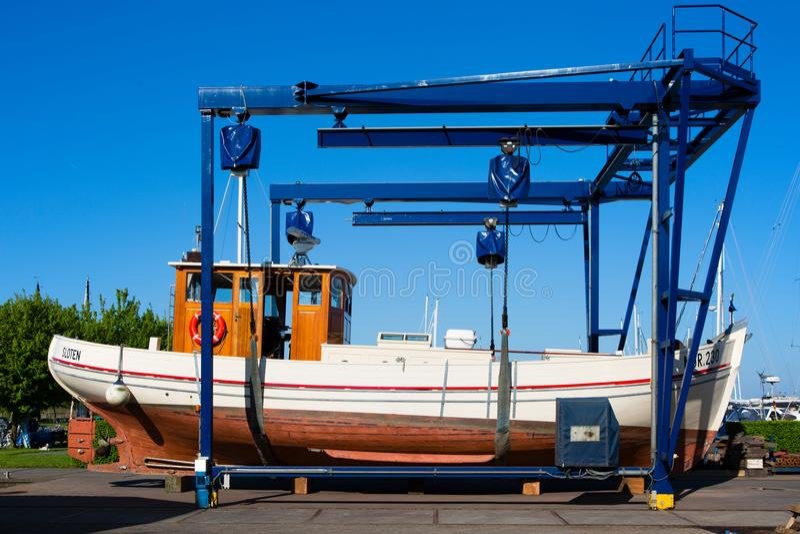 Motorboot auf einem Kran lizenzfreies stockbild