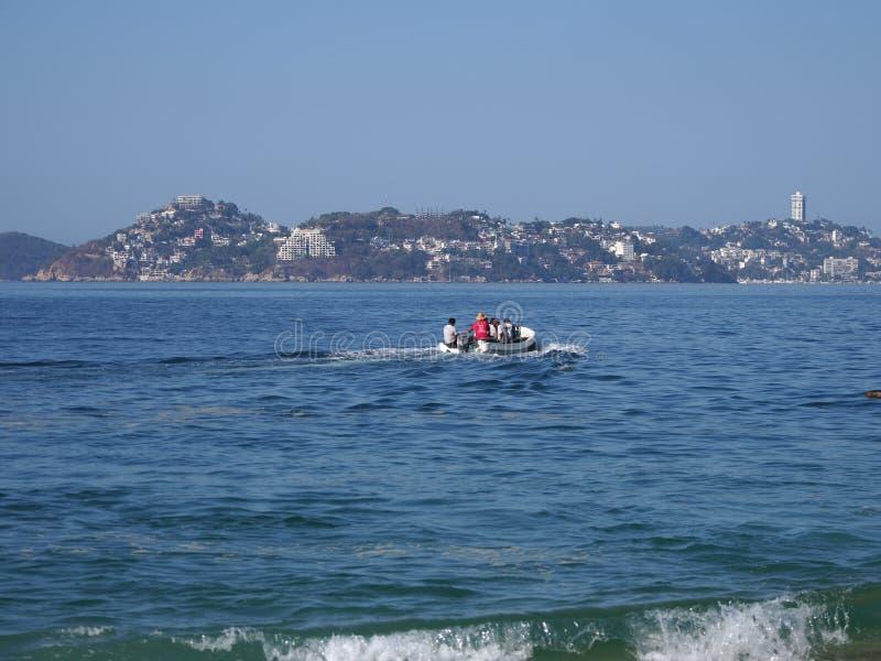 Motorboot benutzt für die Fischerei und die touristischen Exkursionen von Pazifischem Ozean in ACAPULCO in MEXIKO, Buchtlandschaf stockfoto