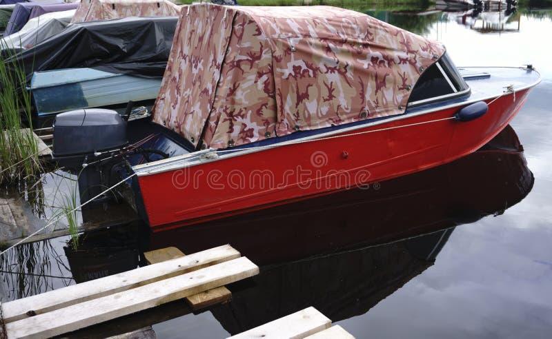 Motorboot bij de pijler stock afbeeldingen