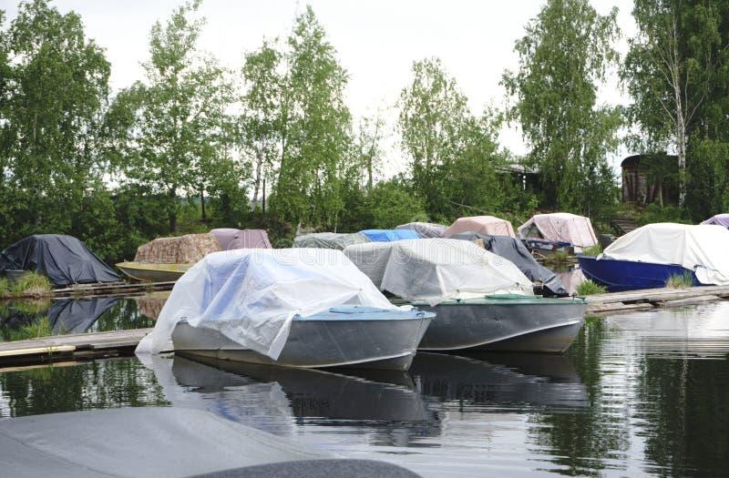 Motorboot bij de pijler stock foto's