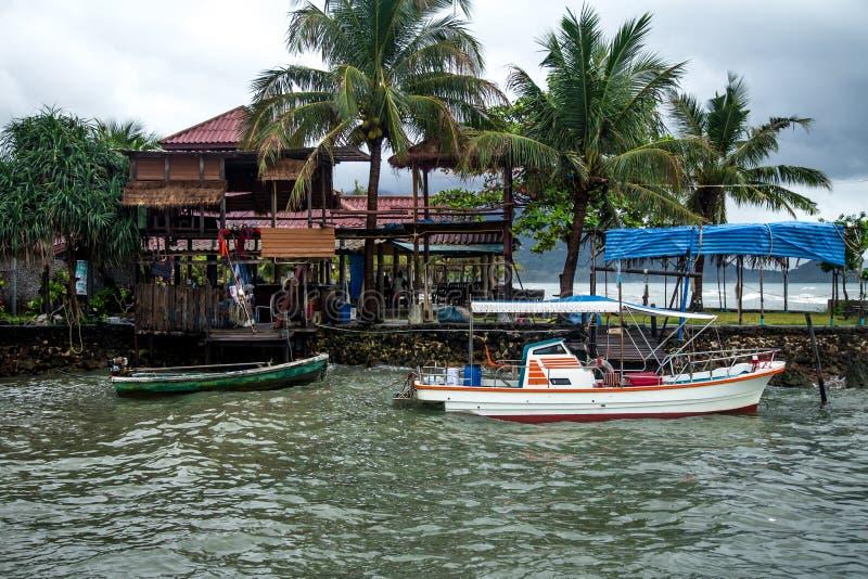 Motorboot bij de pijler in Tai stock foto