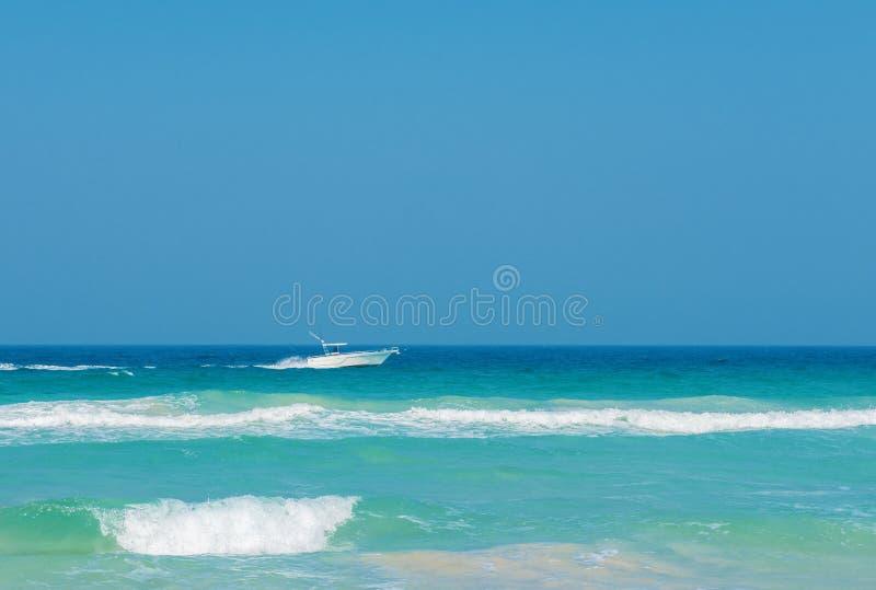Motorboot bij een overzees stock afbeelding