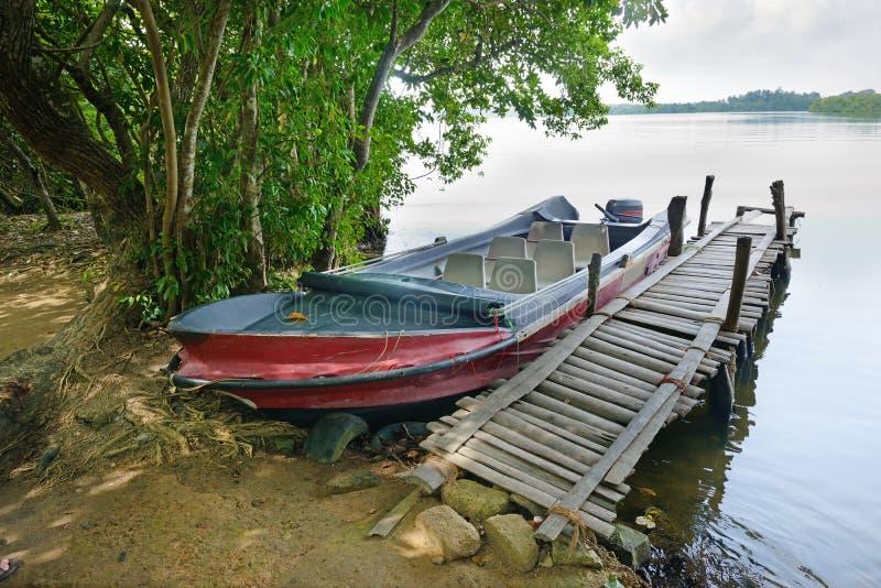 Motorboot bij het dok royalty-vrije stock afbeelding