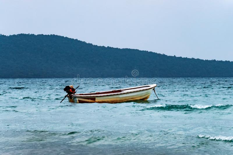 Motorboot bij in overzees landschap Een oude vissersboot in Azi? wordt verankerd tegen het eiland royalty-vrije stock foto's