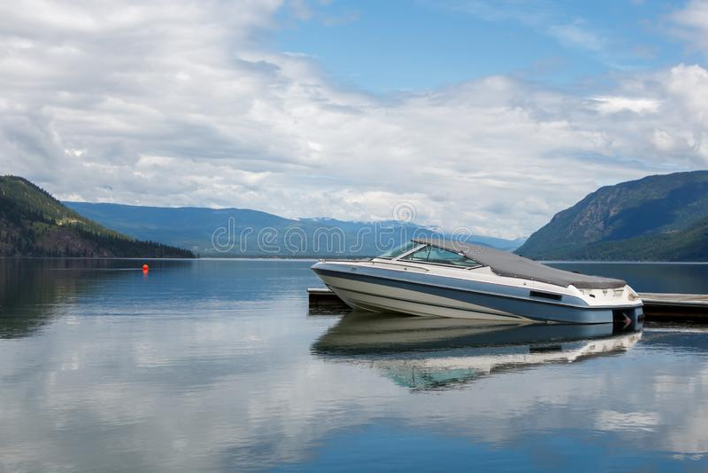 Motorboot bij pier op grote ake wordt gedokt die stock afbeeldingen