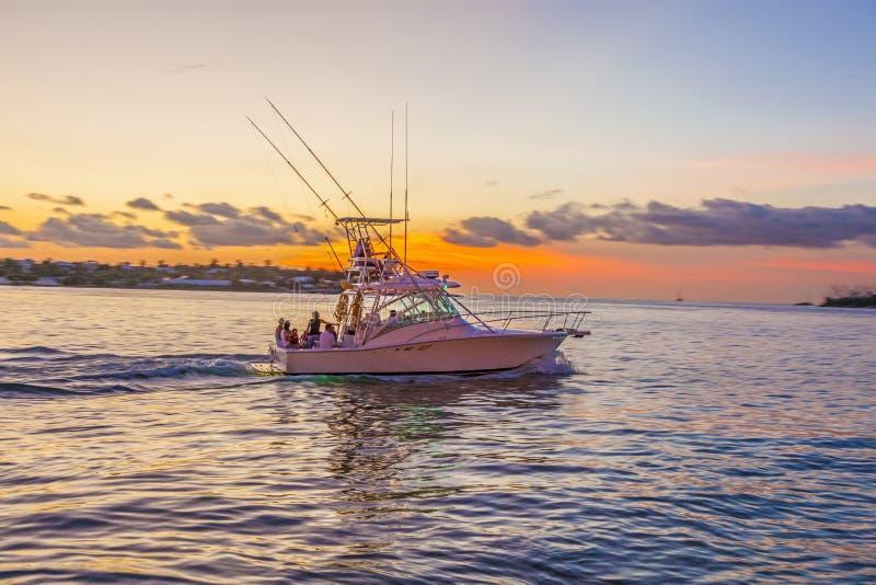 Motorboot bij zonsondergang in Key West stock foto's