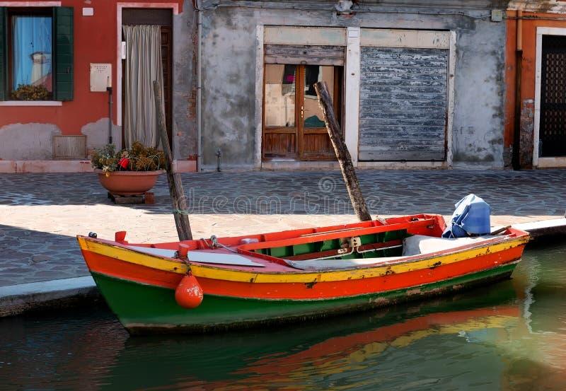 Motorboot in Burano stock afbeeldingen