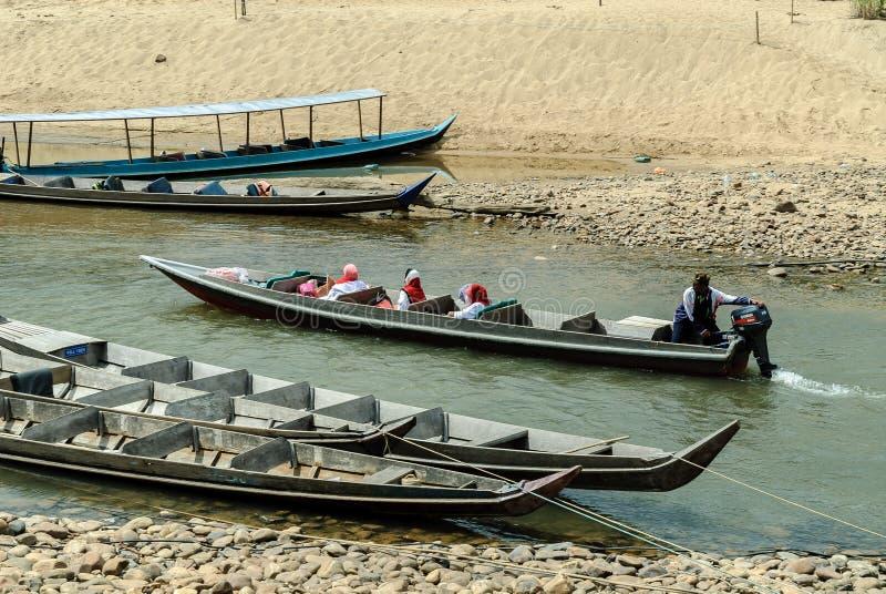 Motorboot in de rivier Sungai Tembeling stock afbeeldingen