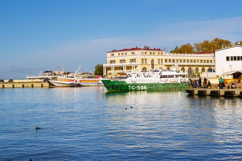 Motorboot in de zeehaven van Sotchi, Rusland stock foto's