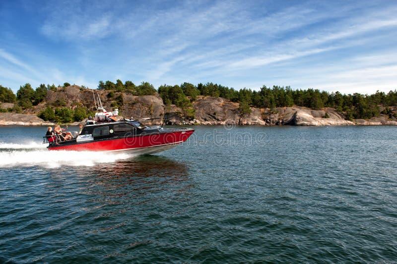 Motorboot in de Zweedse archipel van Gryt royalty-vrije stock fotografie