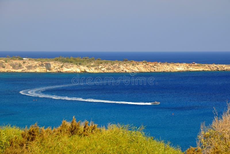 Motorboot in der Bewegung die Lagune stockfotografie