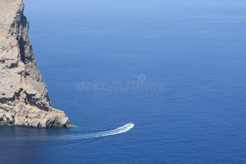 Motorboot dichtbij Formentor op Majorca royalty-vrije stock afbeelding