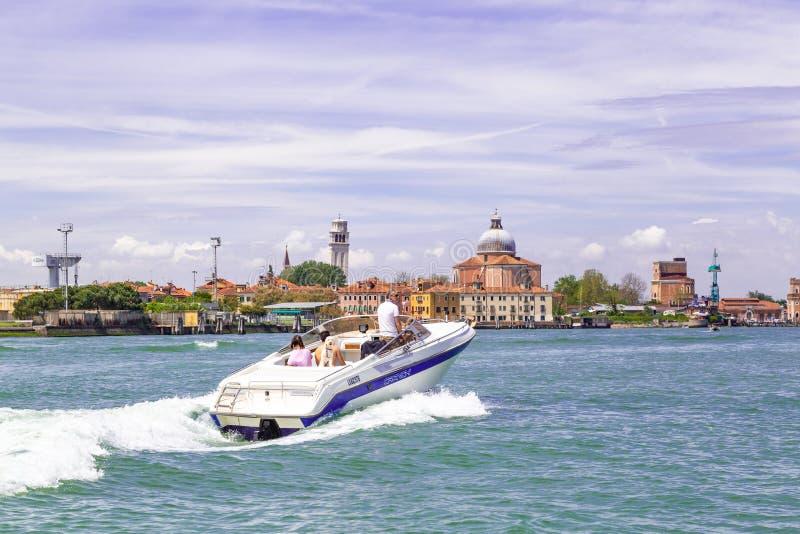 Motorboot die het Gran-kanaal in Venetië Italië kruisen stock foto's