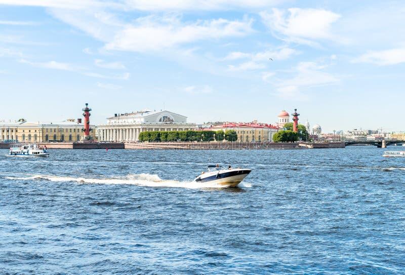 Motorboot die langs Neva River reizen stock foto's