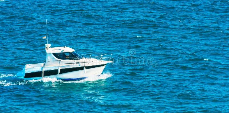 Motorboot die op het overzees, stille cruise op het blauwe water varen royalty-vrije stock fotografie