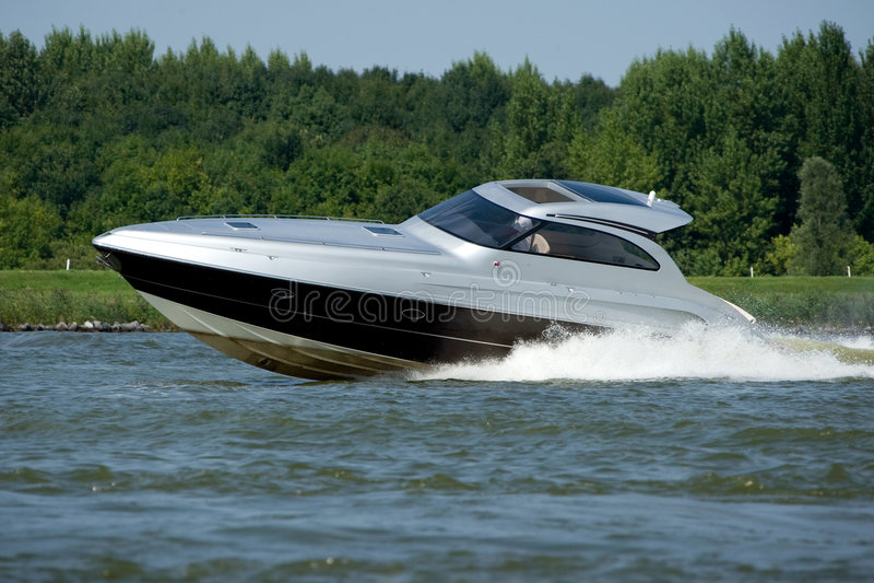 Motorboot die op water reist stock afbeelding