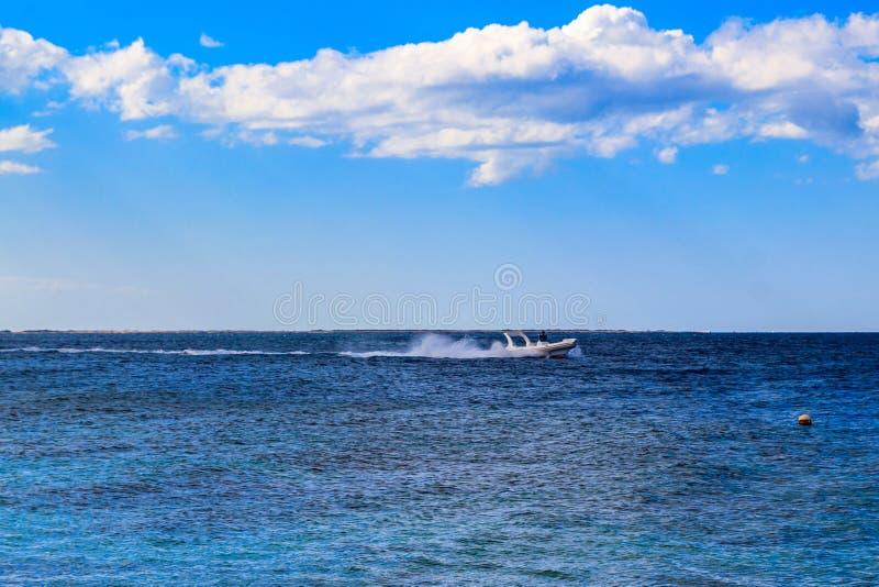 Motorboot die in Rode overzees in Hurghada, Egypte varen royalty-vrije stock fotografie