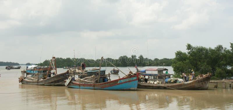 Motorboot die vele mensen op Mekong rivier vervoeren royalty-vrije stock afbeelding