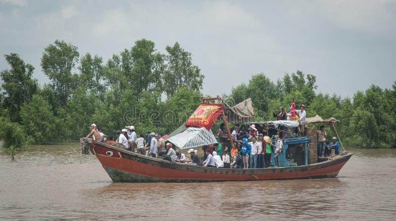 Motorboot die vele mensen op Mekong rivier vervoeren royalty-vrije stock foto's