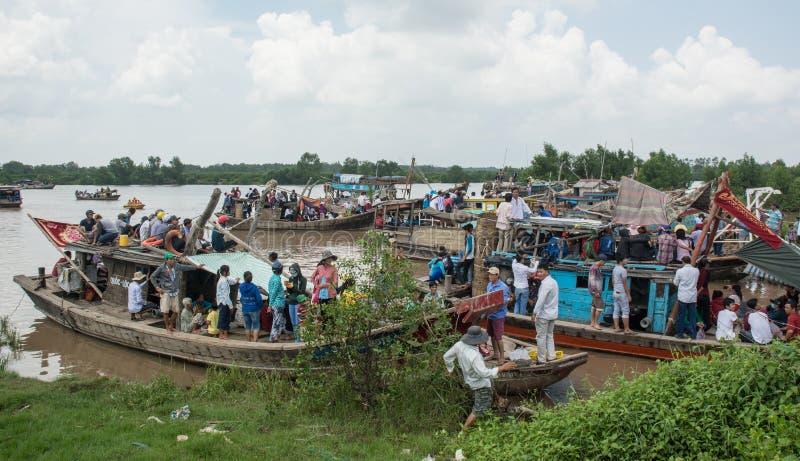 Motorboot die vele mensen op Mekong rivier vervoeren royalty-vrije stock foto