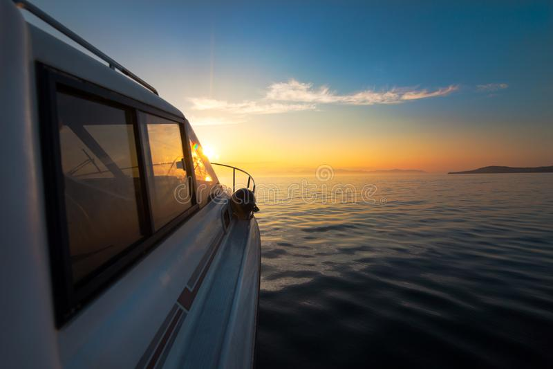 Motorboot die zich aan zonsondergang bewegen royalty-vrije stock foto